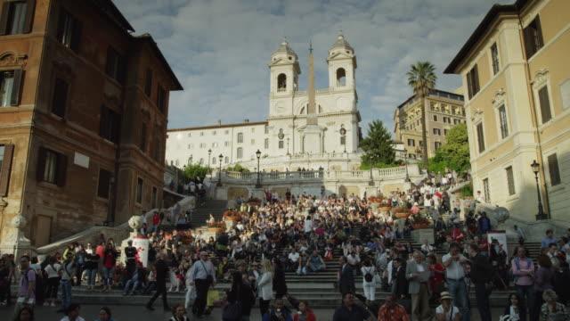 vidéos et rushes de ws pan crowd of people on spanish steps / rome - rome