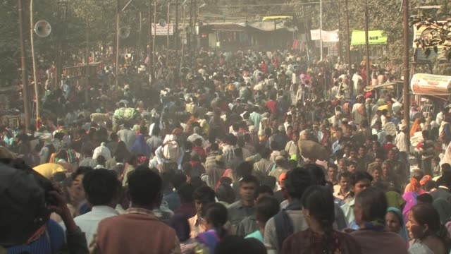 vidéos et rushes de ms, crowd of people on street, allahabad, uttar pradesh, india - inde