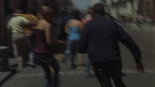 stockvideo's en b-roll-footage met a crowd of people running on a street. - angst