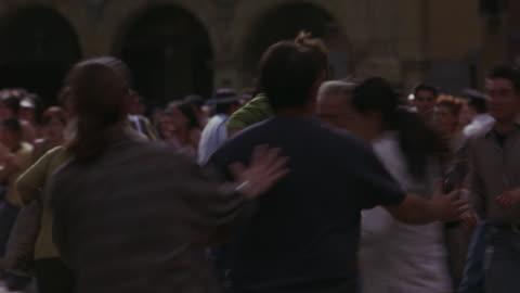stockvideo's en b-roll-footage met a crowd of people scatter in panic. - chaos