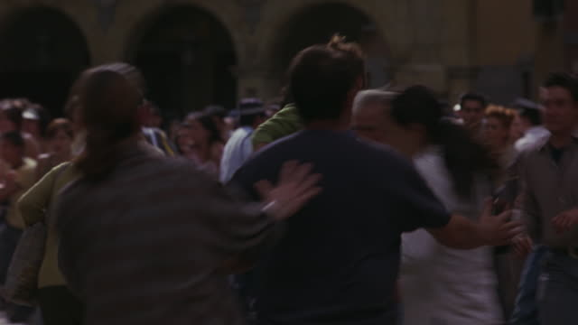 vidéos et rushes de a crowd of people scatter in panic. - évasion