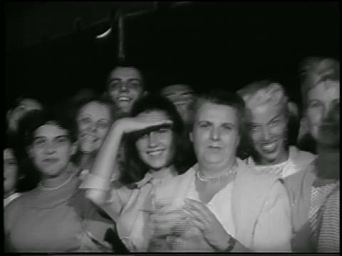 vidéos et rushes de b/w 1956 crowd of people smiling / woman waves / grauman's chinese theater hollywood / newsreel - 1956