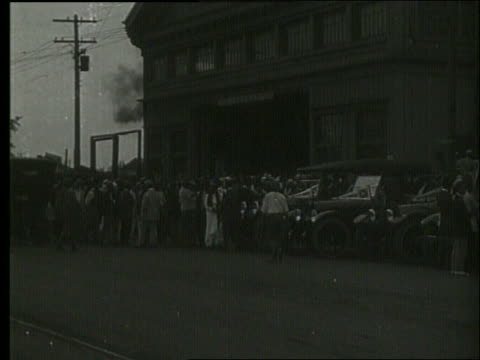vidéos et rushes de b/w crowd of people standing in front of building / 1919 honolulu / no sound - 1910 1919
