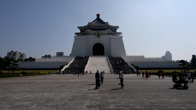 vídeos y material grabado en eventos de stock de crowd of people visit chiang kai shek memorial hall. 4k time lapse - monumento conmemorativo a chiang kaishek