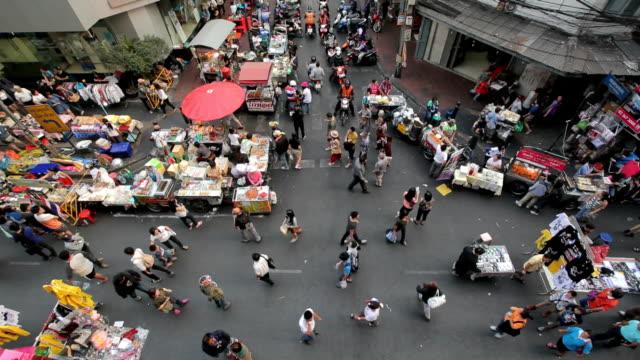 Menge von Menschen Aufwachen auf die a street ab.