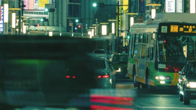 夜に東京の横断歩道を渡る人の群衆、タイムラプス4kパンニング右 - タクシー点の映像素材/bロール