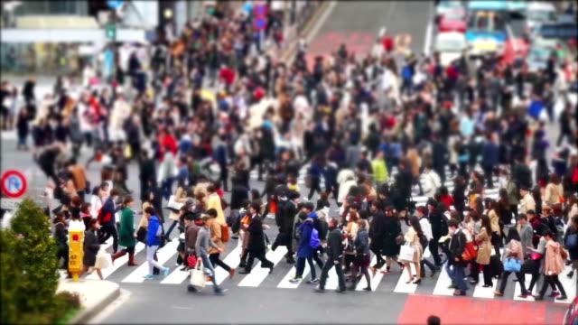 vídeos de stock, filmes e b-roll de multidão de pessoas caminhando no cruzamento de shibuya em tóquio - sinais de cruzamento