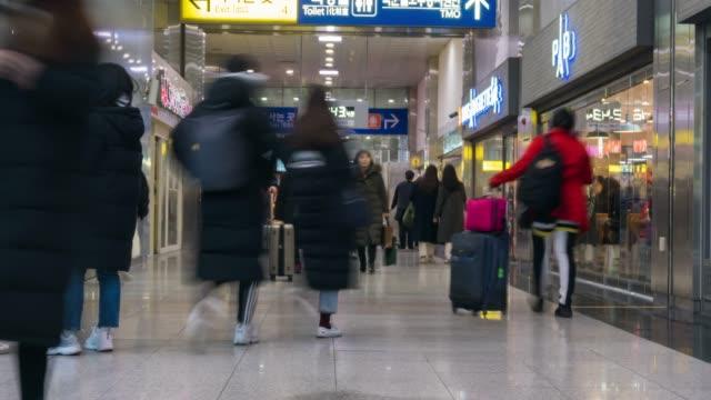 vídeos y material grabado en eventos de stock de multitud de personas caminando en la estación en corea del sur - mercado espacio de comercio