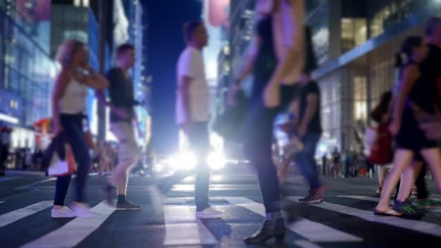 vídeos de stock, filmes e b-roll de crowd of people walking in the city. commuters crossing street. anonymous pedestrians background - passagem de pedestres
