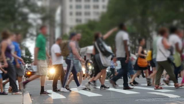 vídeos y material grabado en eventos de stock de crowd of people walking in the city. pedestrians crossing busy street. urban metropolis lifestyle background - paso de cebra
