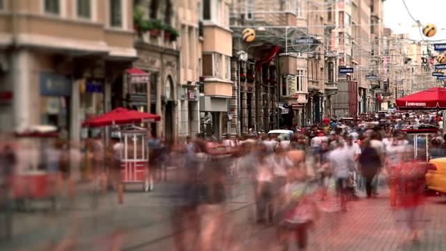 hd: folla di persone a piedi in via taksim istiklal, time lapse - istanbul video stock e b–roll