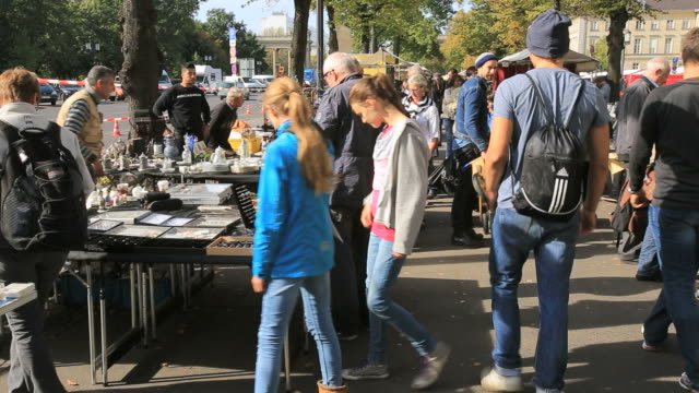 crowd of people walking the flee market in berlin - mercato delle pulci video stock e b–roll