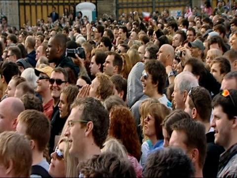 crowd of people waving us flags ahead of obama's address on 5 april 2009 / prague czech republic - アナモルフィック点の映像素材/bロール