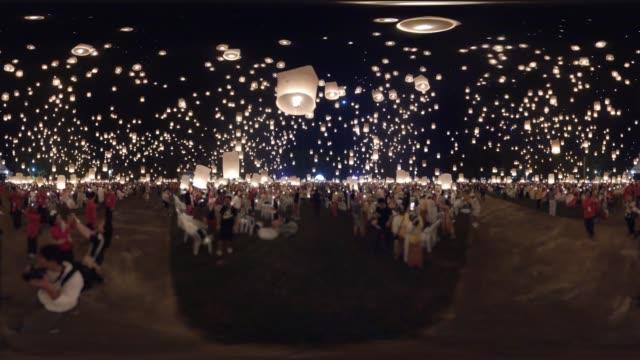 vídeos de stock e filmes b-roll de vr 360 - crowd of peoples release flying sky lanterns floating to night sky in yee peng lanna public festival, travel destination of chiang mai, thailand (blured people) - lanterna de papel