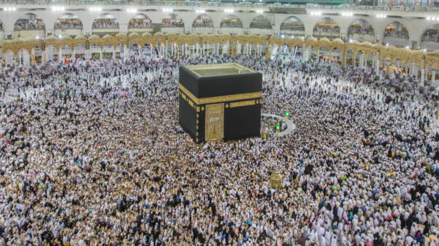 Crowd of pilgrims circumambulate around Kaaba