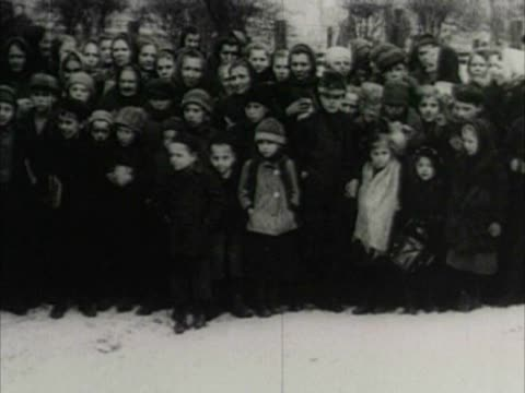 / crowd of poor people mostly children lined up to receive food - erster weltkrieg stock-videos und b-roll-filmmaterial