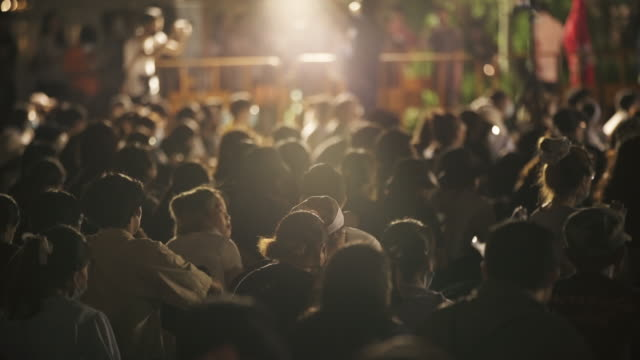 una folla di manifestanti in una strada della città - social justice concept video stock e b–roll