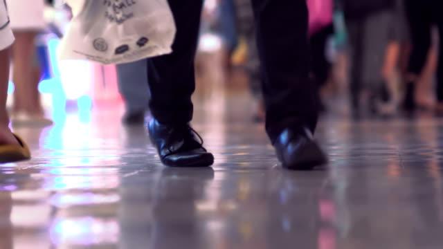 masse der käufer in der shopping mall - zielgruppe stock-videos und b-roll-filmmaterial