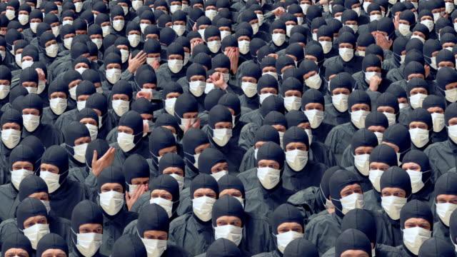 医療マスクの病気の人々の群衆が咳やくしゃみをします。 - 気候変動点の映像素材/bロール