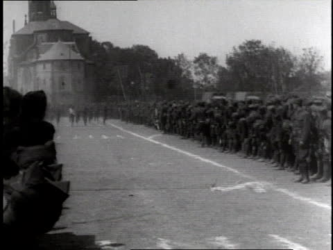 vidéos et rushes de crowd of soldiers watching group of soldiers running a foot race / germany - 1918