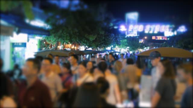 vídeos de stock, filmes e b-roll de multidão de turistas que andam longitudinalmente na rua do pub, siem reap, cambodia - cambodia