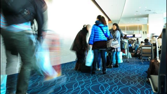 vidéos et rushes de foule de voyageur à l'aéroport - portail