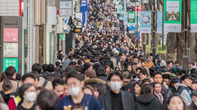 massen von undefinierten menschen und touristen zu fuß in harajuku - große personengruppe stock-videos und b-roll-filmmaterial