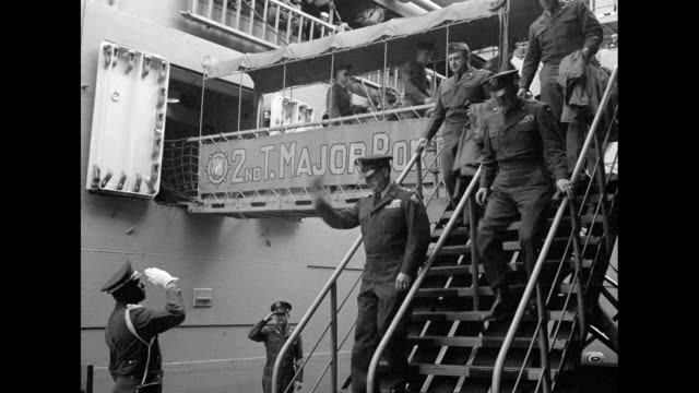 crowd of united states troops on deck of troopship uss hw butner smile and applaud / all african american marching band on quay plays for troops on... - fluggastbrücke stock-videos und b-roll-filmmaterial