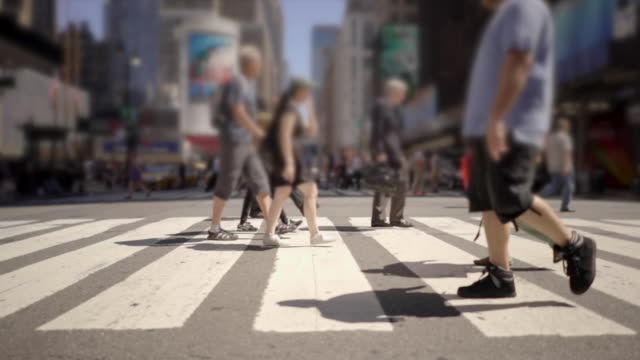 crowd of unrecognizable people walking in the city. pedestrians crossing street. urban metropolis background - 横断歩道点の映像素材/bロール