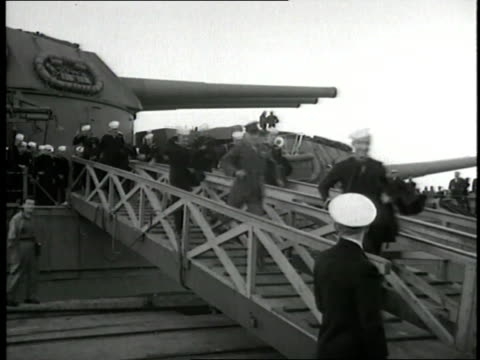 crowd of u.s. sailors run down the gangplank of a ship as their families welcome them home from world war ii. - ホームカミング点の映像素材/bロール