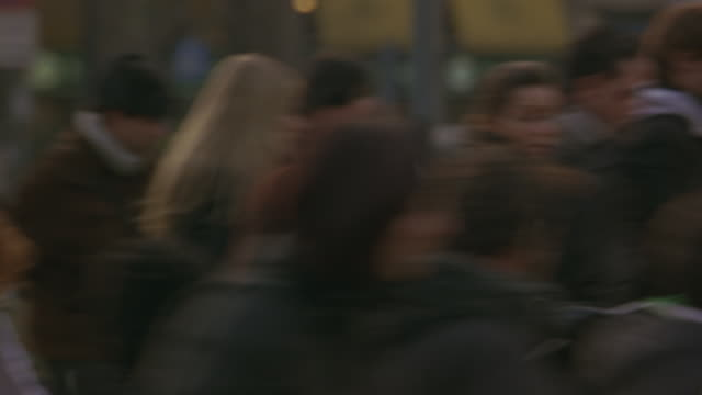 a crowd of villagers run panicked through a city square in milan, italy. - angst stock-videos und b-roll-filmmaterial
