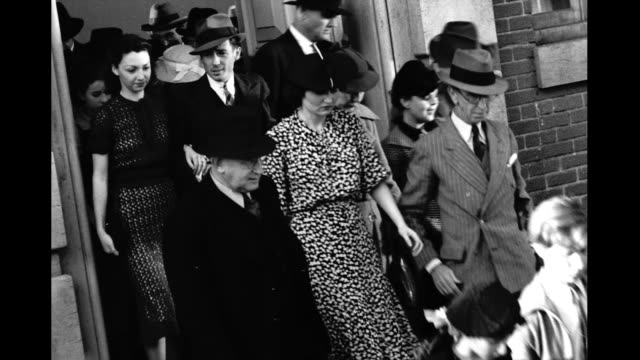crowd of well dressed people walking out of building crowd of people walking out of building on january 01 1930 - pompe funebri video stock e b–roll