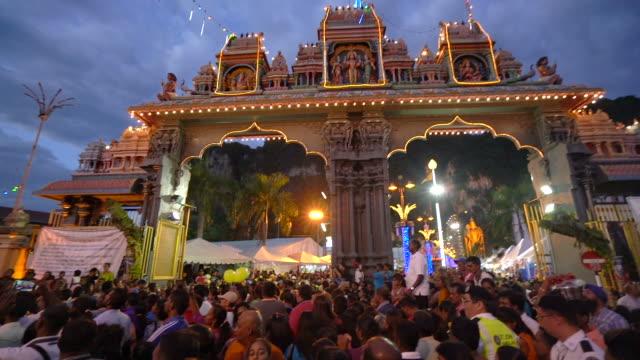 crowd of worship in the temple at batu caves - ヒンズー教点の映像素材/bロール