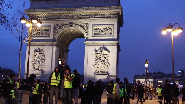 crowd of yellow vests in front of the triumphal arch
