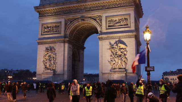 crowd of yellow vests in front of the triumphal arch with a flag where is written ric - reflective clothing stock videos & royalty-free footage