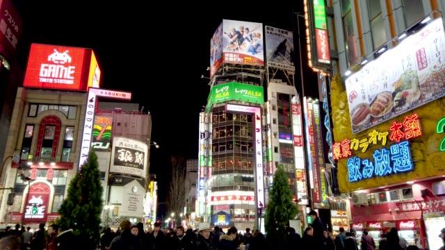 夜、東京都新宿区歌舞伎町の群衆。 - 広告看板点の映像素材/bロール