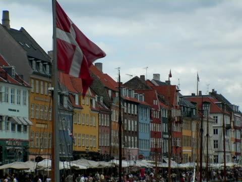 vídeos y material grabado en eventos de stock de ms, crowd on nyhavn, danish flag in foreground, copenhagen, denmark - danish flag