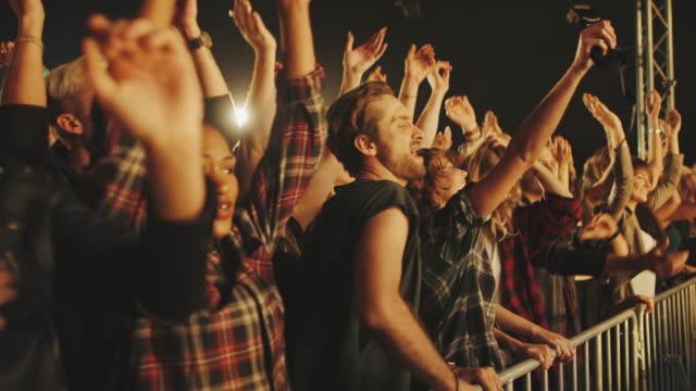vídeos de stock, filmes e b-roll de multidão no oncert - música rock