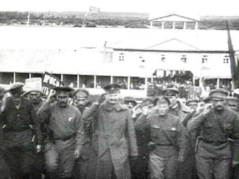 vídeos de stock e filmes b-roll de ws crowd on river banks trotsky and red army officers saluting while getting off boat audio/ russia - 1919