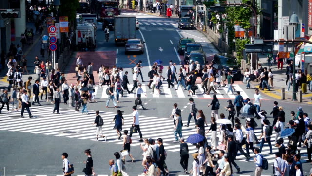 stockvideo's en b-roll-footage met slomo tu menigte op shibuya crossing, japan. - road junction