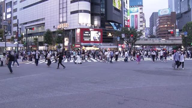 crowd on shibuya crossing, tokyo, japan - crossroad stock videos & royalty-free footage