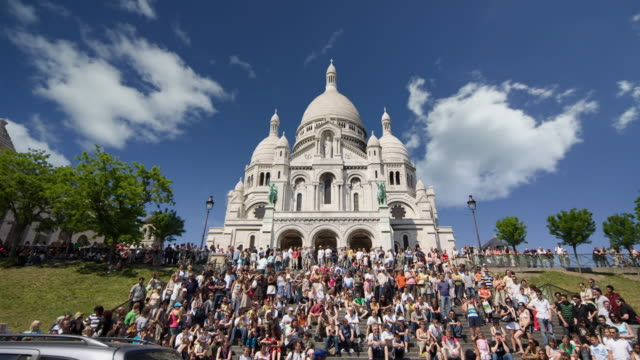 t/l, ws, la, crowd on steps leading to (no suggestions) basilica, paris, france - basilika stock-videos und b-roll-filmmaterial