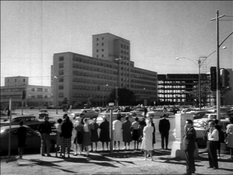 view crowd on street corner looking at kennedy's hospital / assassination / dallas - attentat auf john f. kennedy stock-videos und b-roll-filmmaterial