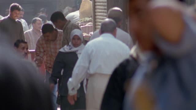 ms, selective focus, crowd on street market, cairo, egypt - egypten bildbanksvideor och videomaterial från bakom kulisserna