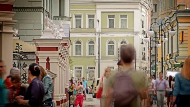 vídeos de stock, filmes e b-roll de multidão na rua - grupo mediano de animales