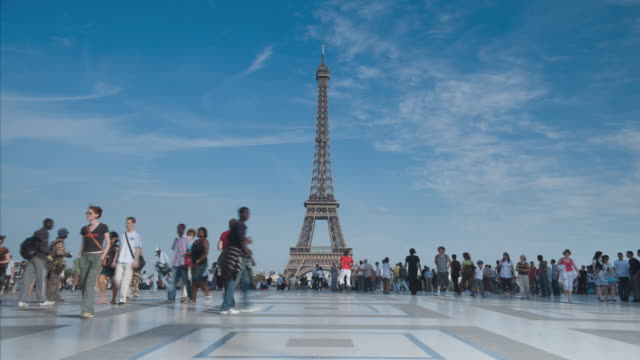 t/l, ws, crowd on trocadero in front of eiffel tower, paris, france - eiffel tower paris stock videos & royalty-free footage