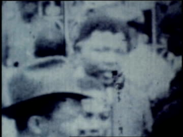 vidéos et rushes de crowd outside courthouse after end of famous african national congress treason trial / smiling nelson mandela briefly shown / winnie mandela narrates... - 1961