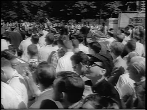 vídeos y material grabado en eventos de stock de b/w 1963 crowd outside u of alabama at tuscaloosa during integration of black students / newsreel - instituciones y organizaciones educativas