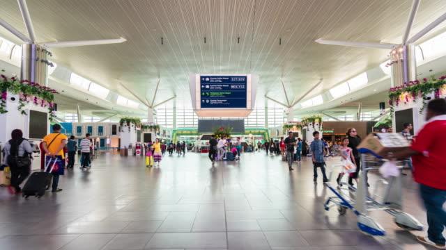 menge passagiere am flughafen - besichtigung stock-videos und b-roll-filmmaterial