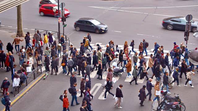 vidéos et rushes de crowd pedestrian at paris street - foule
